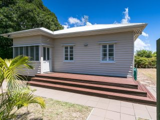 Beautiful 2 bedroom Cottage in Torquay with Garage - Torquay vacation rentals