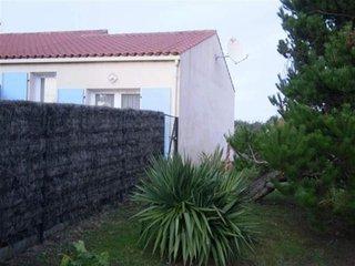 600 m Grande Plage, Maison de type 2 mezzanine avec jardinet - Brem Sur Mer vacation rentals