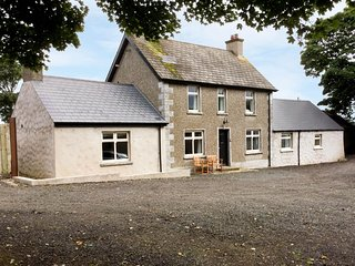 ROSIES COTTAGE, woodburning stove and open fire, high quality, near - Bushmills vacation rentals