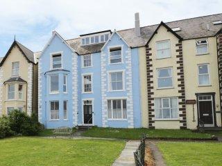 GLAN Y MOR, seafront, sleeps four, en-suite, Llanfairfechan, Ref 954370 - Llanfairfechan vacation rentals