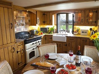 Romantic Cottage with Internet Access and Television - Ashton Under Hill vacation rentals