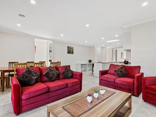 CITYBAY BILLA 143 - MELBOURNE Sleeps 10, 30min to CBD,  All linen included - Point Cook vacation rentals