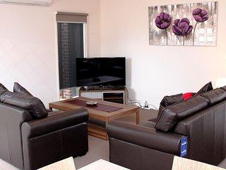 WARATAH VILLA A - MELBOURNE 3Bdrm, 20min to CBD Clean and Cozy, Close to Shops - Tullamarine vacation rentals