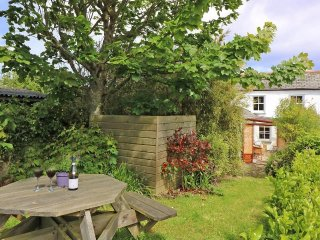 HOLMLEIGH semi-detached cottage, rustic charm, three bedrooms, conservatory - Mingoose vacation rentals