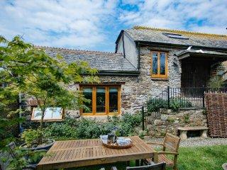 DOWN FARM BARN, magnificent family farmhouse, wood burning stove, home cinema - Bere Alston vacation rentals