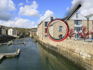 LOWER FAL COTTAGE, river views, beautiful home interior, paces from waterside - Penryn vacation rentals