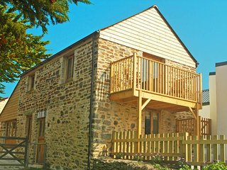 FOUR GATES, rural location, reverse level accommodation, shared hot tub and - Mingoose vacation rentals