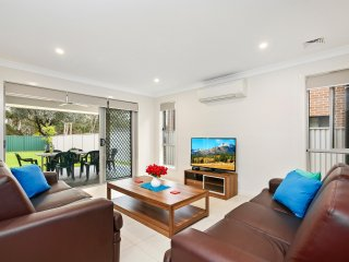 29 ALPINE PLACE VILLA DELUXE - SYDNEY Spacious, Great for Groups - Hoxton Park vacation rentals