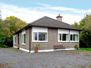 LAKESIDE, pet friendly, country holiday cottage, with a garden in Ballinrobe - Ballinrobe vacation rentals